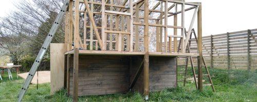 Montering af gulvplader, isolering, underplader samt opsætning af skellet i hus