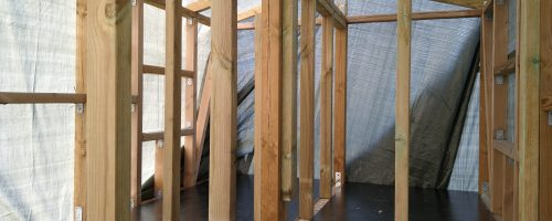 Opsætning af skellet i hus og behandling af plader i bund under hus