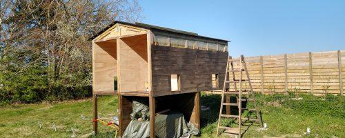 Udskæring og montering af tagpap og sporplader samt påbegyndt maling