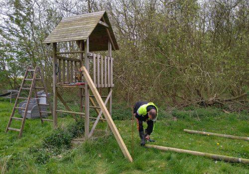 Montering af beslag og lås på de sidste to hønselemme samt opstart tårn