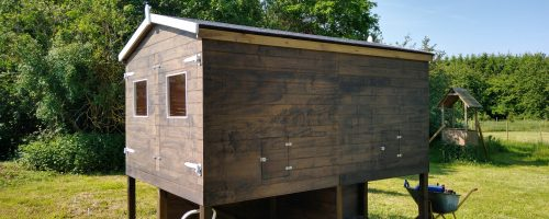 Maling og montering af sternbrædder på hus