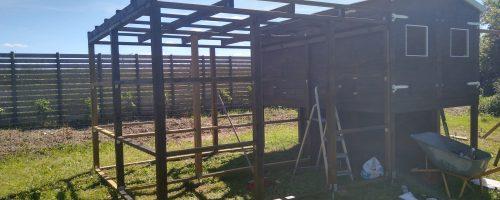 Opsætning af skillevægslægter samt maling af tagdel i gård 1