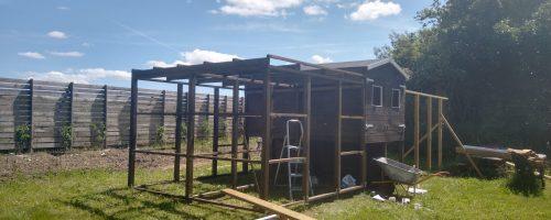 Maling af gård 1 og opsætning af stolper og remme gård 2