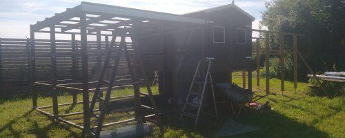 Maling af sternbrædt, montering af net på gård 1 og rem på gård 2