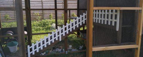 Montere lille hegn langs hønsetrappe samt oprydning