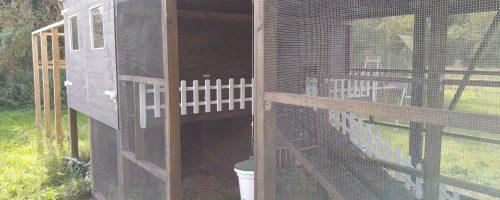 Tilpasse, male og montere lille hegn til altan i gård 2