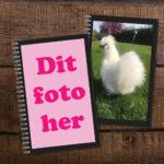 notesbog med eget foto på bord med flere